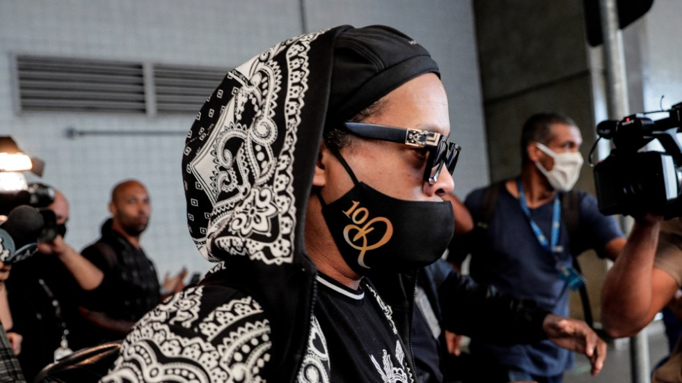 Ronaldinho asks for prayers for his mother hospitalized by COVID-19 - Photo by EFE