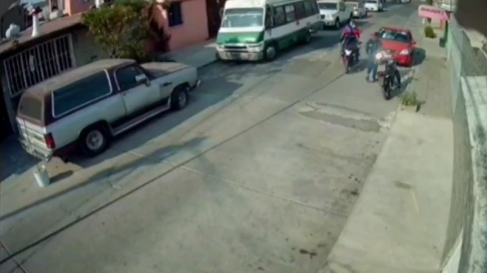 #VIDEO Criminals on a motorcycle fail to assault a young man in Ciudad Azteca, Ecatepec - Two alleged criminals fail to assault a young man in Ciudad Azteca, Ecatepec.  Photo Screenshot