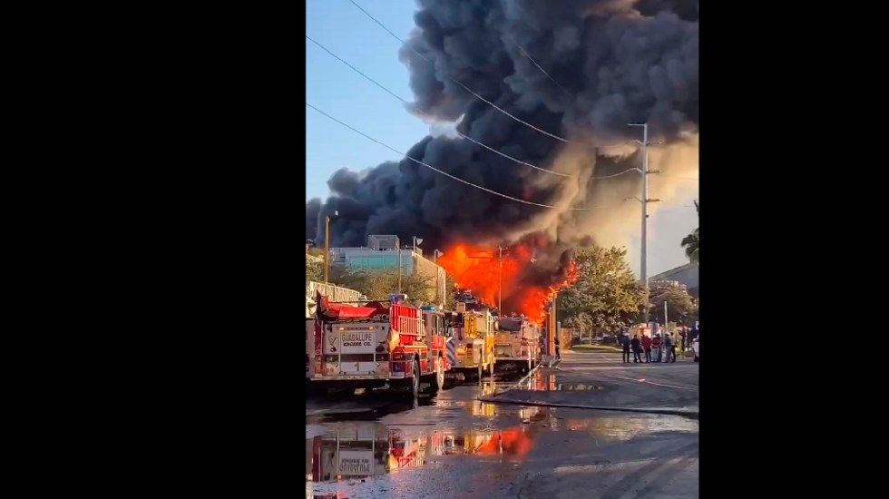 #VIDEO Strong fire in a company in Guadalupe, Nuevo León - Out of control fire in a company De Acero, Guadalupe, Nuevo León.  Photo screenshot